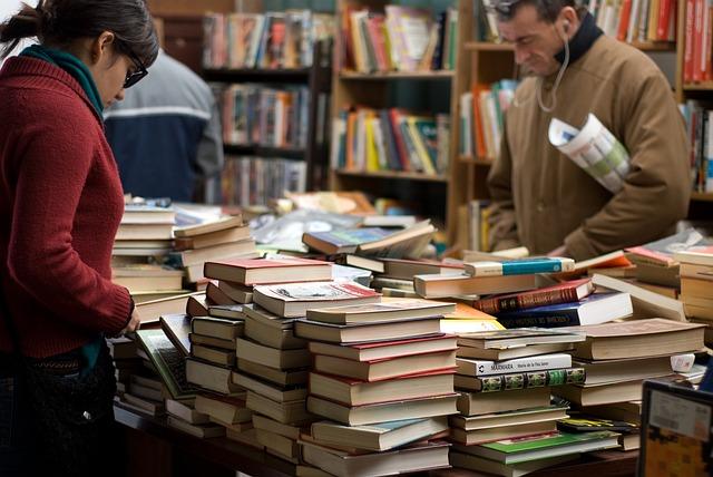 Ihmiset katsovat kirjoja Kaapelin kirppiksellä