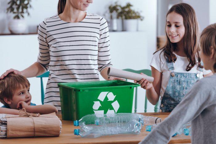 Lapset kierrättävät