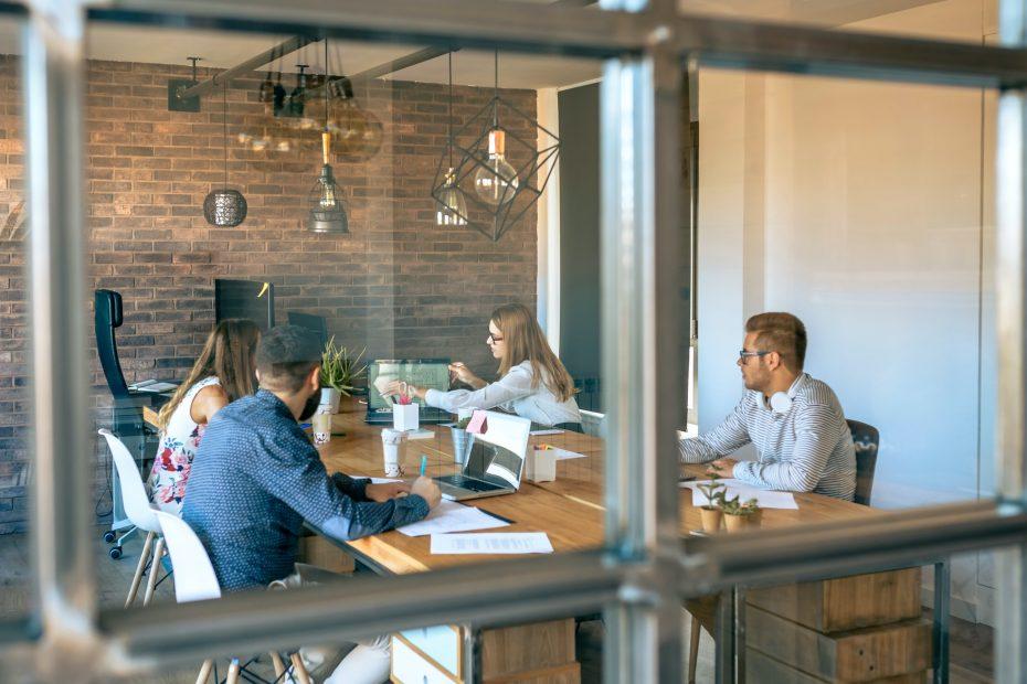 Prijuutti ja työtilat, joissa ihmiset työskentelevät