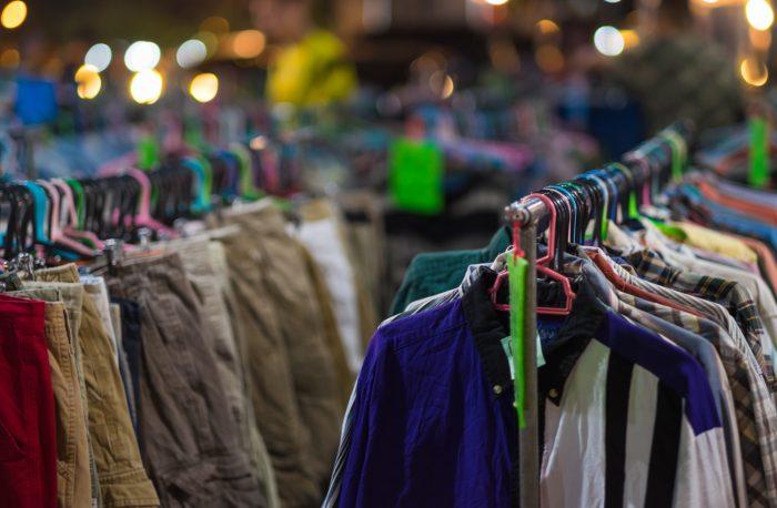 Helsingin kierrätyskeskuksessa vaatteita myynnissä